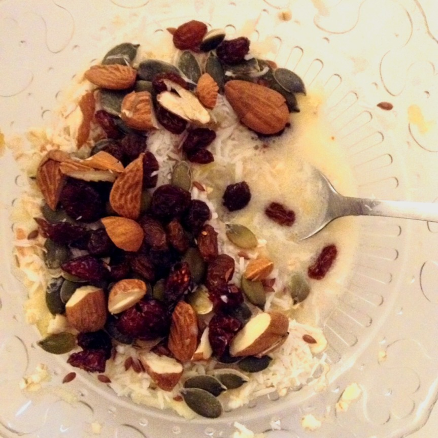 Pomme râpée, raisins secs, canneberges, flocons d'avoine, graines de courge et de lin, amande concassées, noix de coco râpée