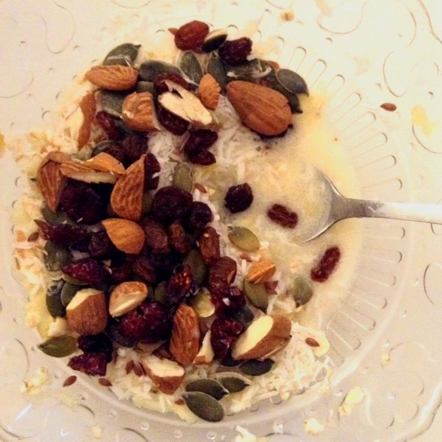 Bol de fruits et de graines (idée de petit-déjeunersain)