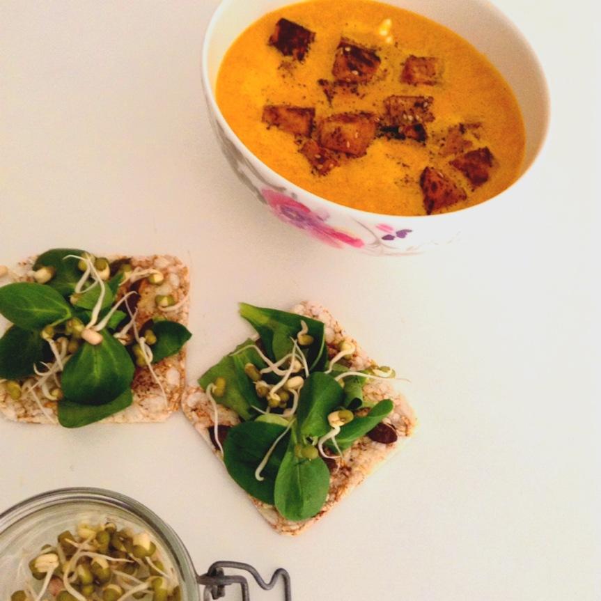 Soupe épicée de carottes crues & tofu grillé aupiment