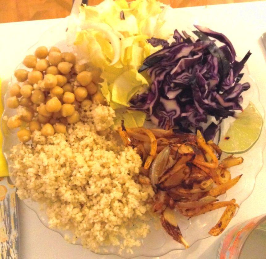 Salade de pois chiches et oignons caramélisés, sauce ail & citronvert
