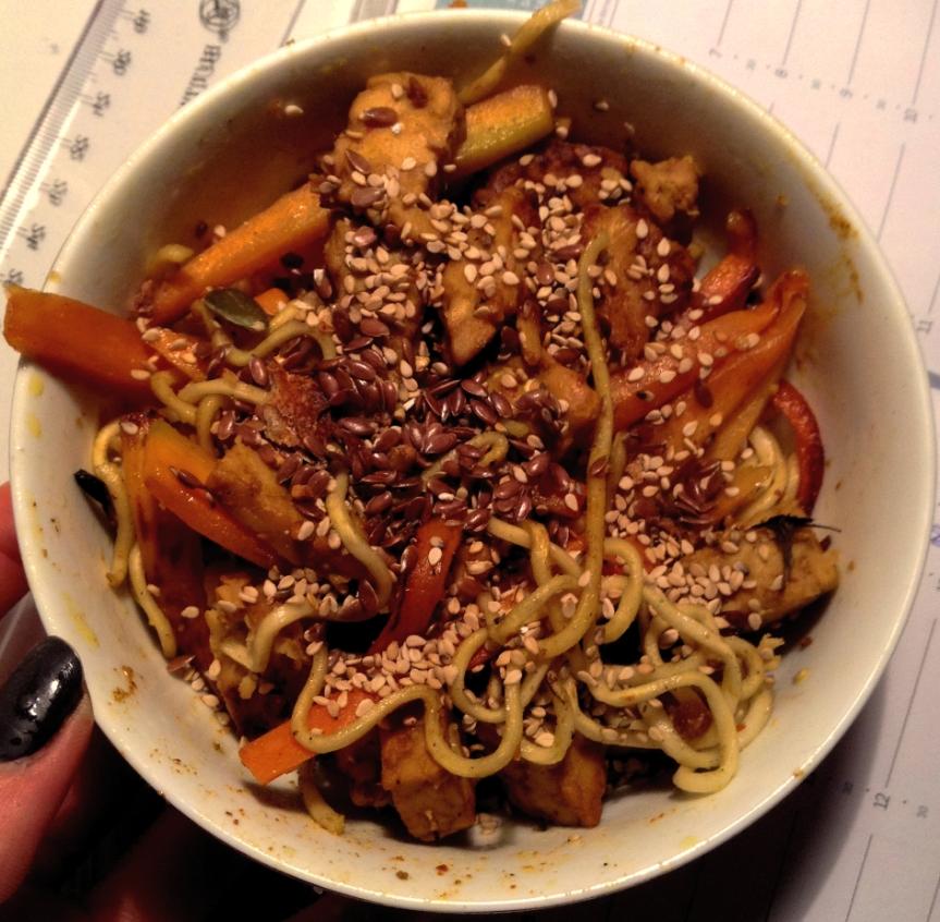 Nouilles soba sautées au tempeh mariné et carottesrôties