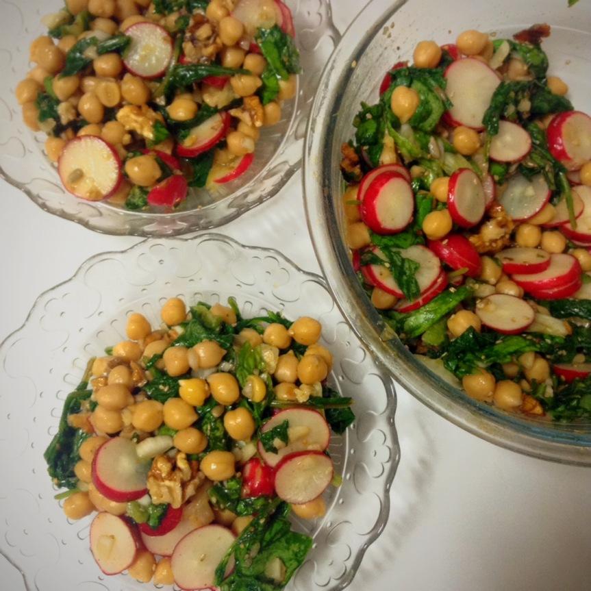 Salade de pois chiches aux légumes de printemps et auxnoix