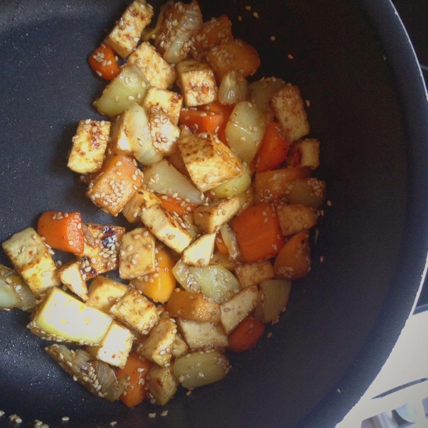 Poêlée de légumes et tofu + sauceaigre-douce