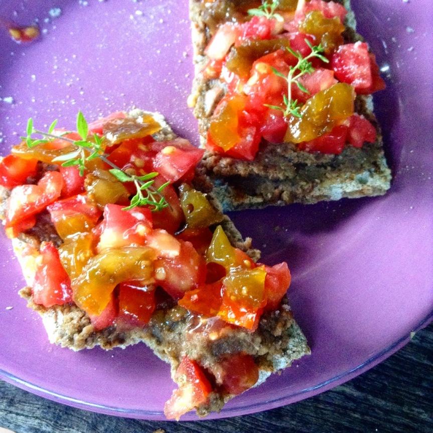 Crackers et crème de lentilles au paprika avec tomates fraîches, confiture de tomate au citron etthym