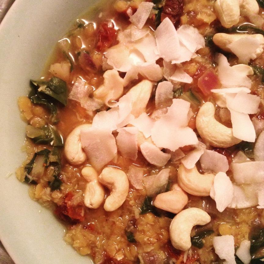 Soupe de lentilles corail à la noix de coco et aux tomatesséchées