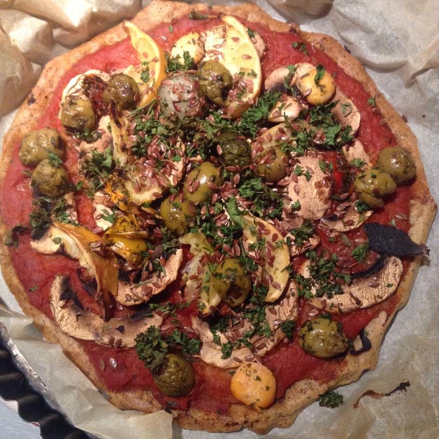 Pizza de quinoa aux olives, citron etherbes