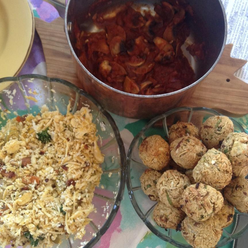 Boulettes de panais au manioc et abricots secs, sauce tomate au fenouil, semoule dechou-fleur