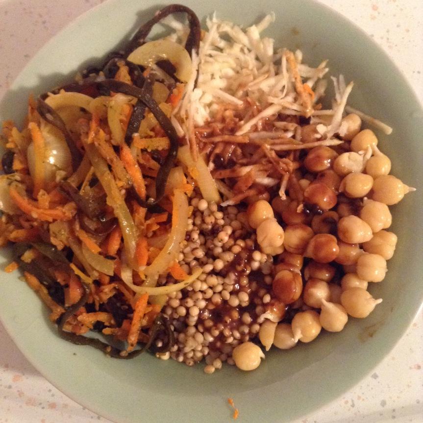 Assiette de sorgho au miso avec carottes aux algues et au sésame (vegan, sansgluten)