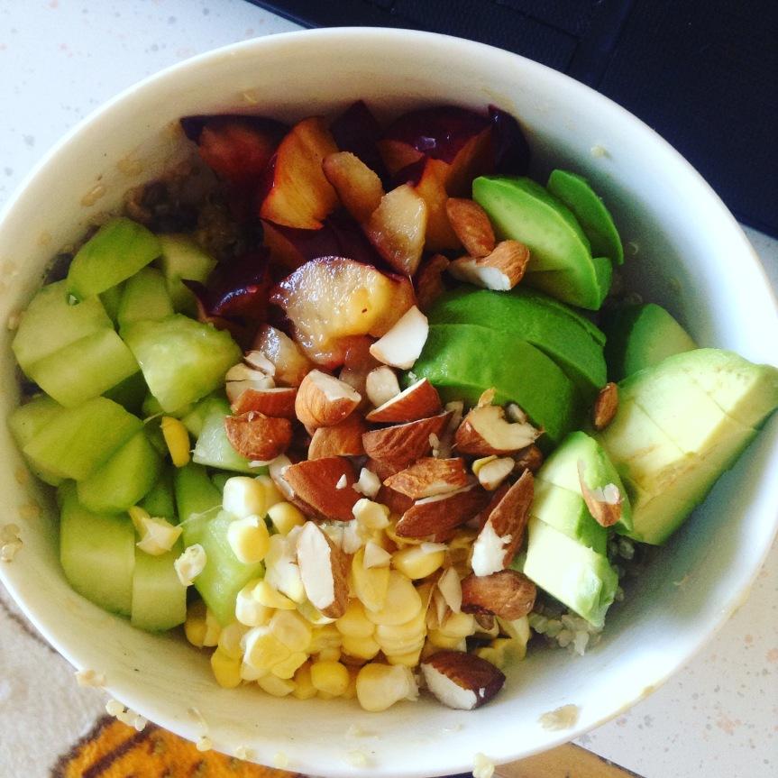 Salade de quinoa et lentilles à l'avocat, maïs cru, concombre, prune & amandes, saucetahin-moutarde