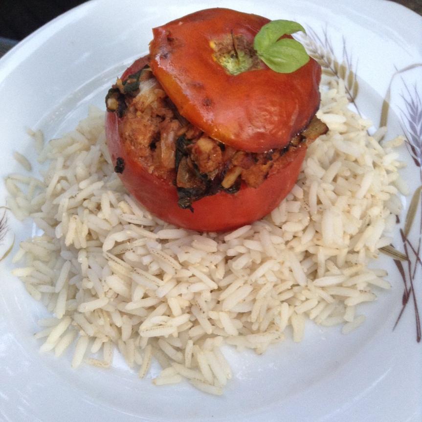 Tomates farcies au tofu, bettes etbasilic
