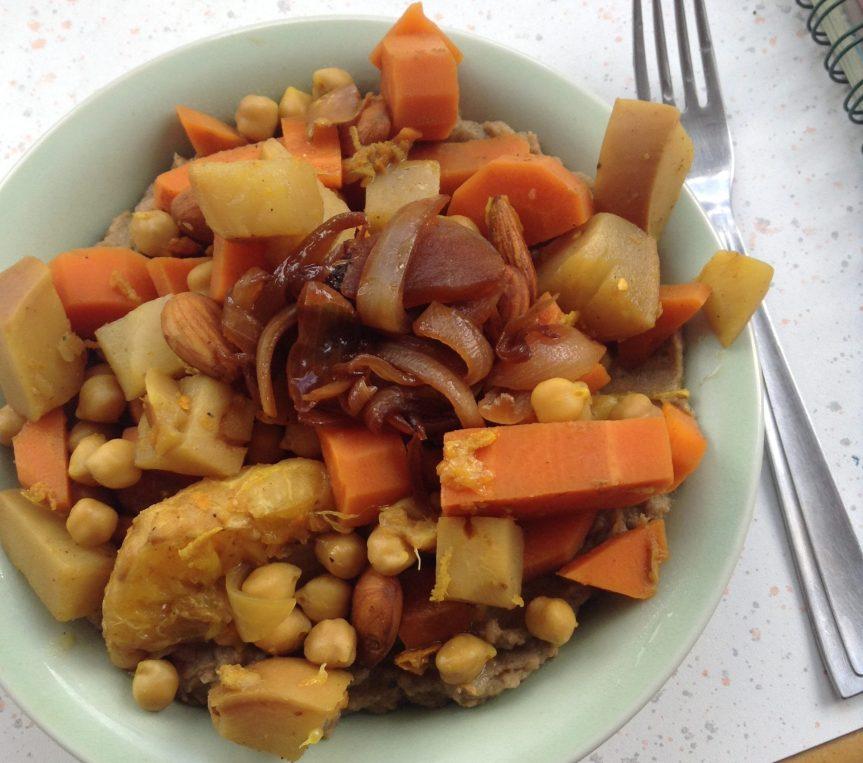 Carottes, navets et pois-chiches à l'orange et aux épices, écrasé de patate douce au sésame et oignonsconfits