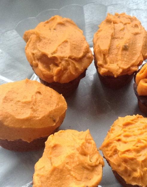 Muffins au potimarron et aux dattes, glaçage de patate douce à la vanille (sans gluten, sans sucre,vegan)