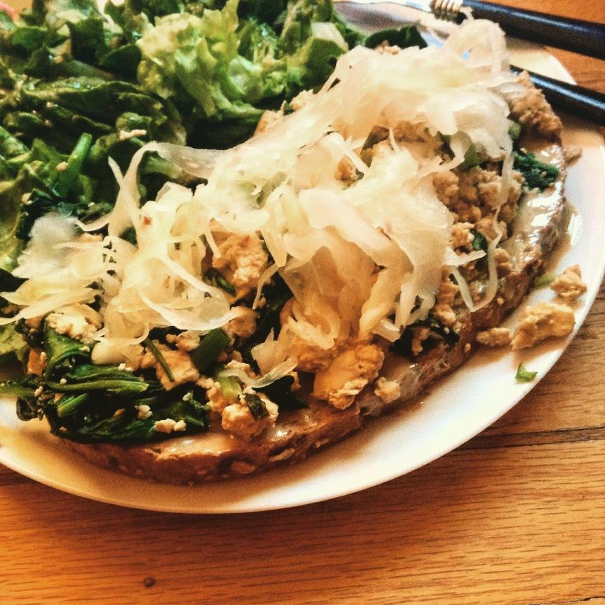 Tartine de printemps au tofu brouillé (champignons, épinards et oignonsfrais)