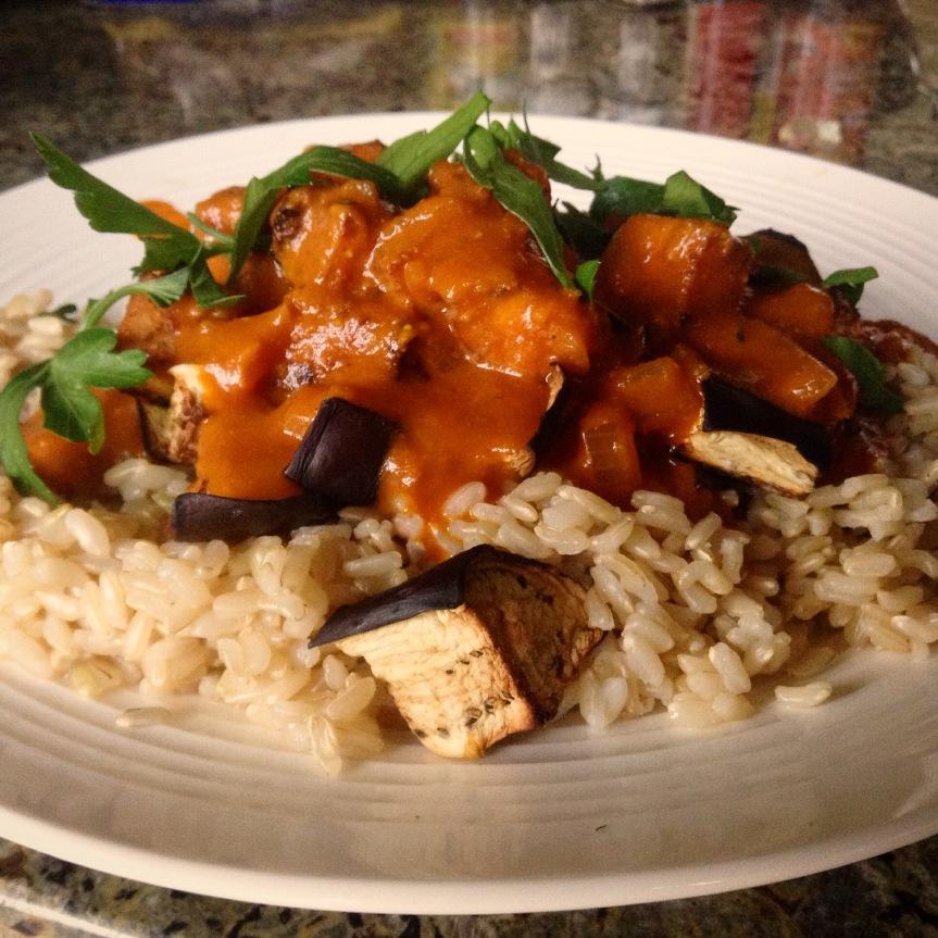 Tofu croustillant et aubergine rôtie à la saucetandoori