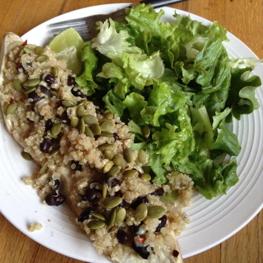 Lamelles de patates douce farcies au quinoa et haricots noirs au citron vert, tahin et graines decourge