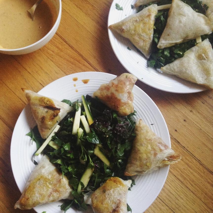 samosas vegan au tempeh au four sans gluten sauce cacahuète
