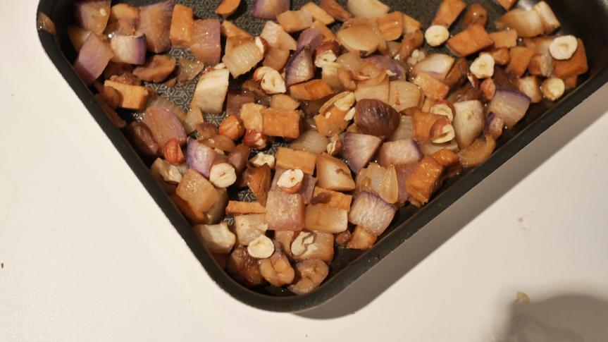 Navets et tempeh rôtis au sirop d'agave et auxnoisettes