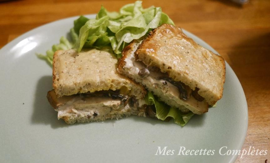Croques-monsieur vegan aux champignons et tofu fumé avec saucecrémeuse